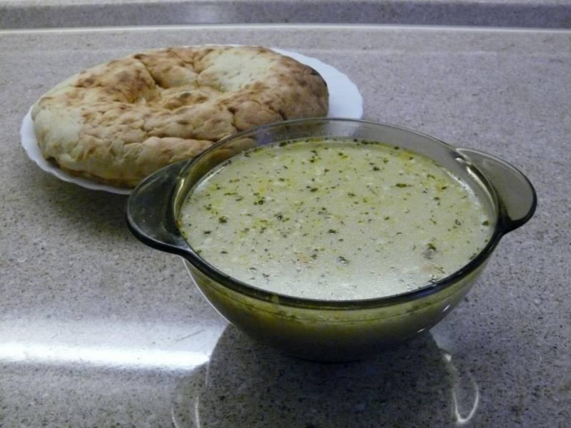 Отправляем гречку в суп, а также режем зелень. За 5 минут до конца варки добавляем зелень и специи. Наш гречневый суп с говядиной готов! Подавать можно со сметаной. Приятного аппетита!