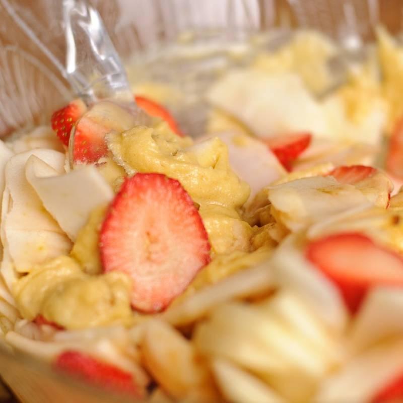 Смешать в миске 1/2 часть грецких орехов с нарезанными фруктами.