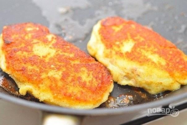 Разогрейте в чистой сковороде оливковое масло, обжаривайте на среднем жаре картофельные котлетки до золотистой корочки со всех сторон. Подавайте готовое блюдо с зеленью и сметанкой.
