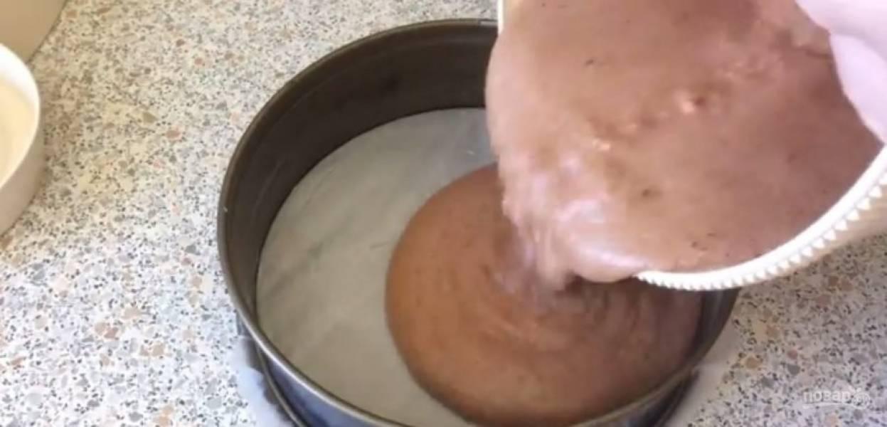 2. Форму диаметром 26 см покройте пергаментом и смажьте сливочным маслом. Вылейте тесто в форму и равномерно распределите его.