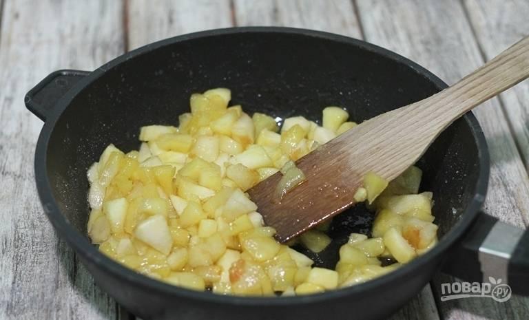Яблоки обжарьте немного, пока не пойдёт сок, в сковороде с сахаром и корицей.