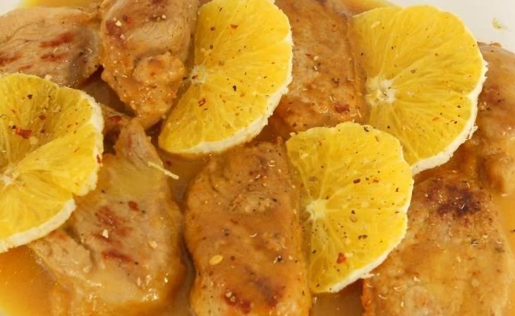 Потом переложите мясо в форму для запекания, нарежьте кусочками оставшийся апельсин, выложите сверху. Слегка посолите и поперчите. Добавьте 100 мл. кипяченой воды.