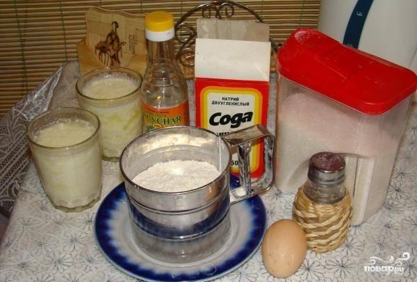 Яйца взбейте с сахаром, солью и простоквашей.