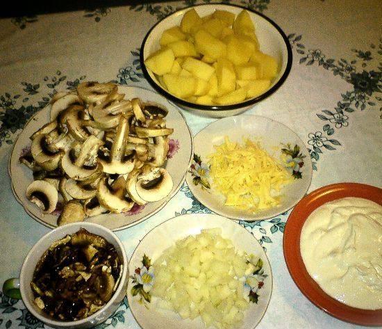 Белые грибы тщательно промойте и залейте холодной водой на 20 минут. Тем временем, нарезаем картофель и лук кубиками. Шампиньоны - тонкими ломтиками. Сыр натираем на терке.