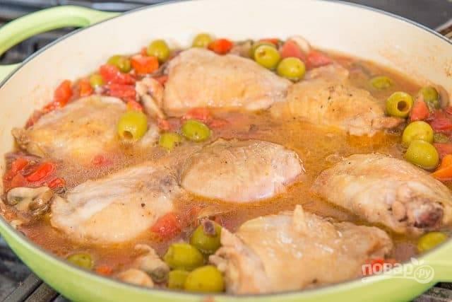 Далее выложите курицу в сковороду и влейте бульон.