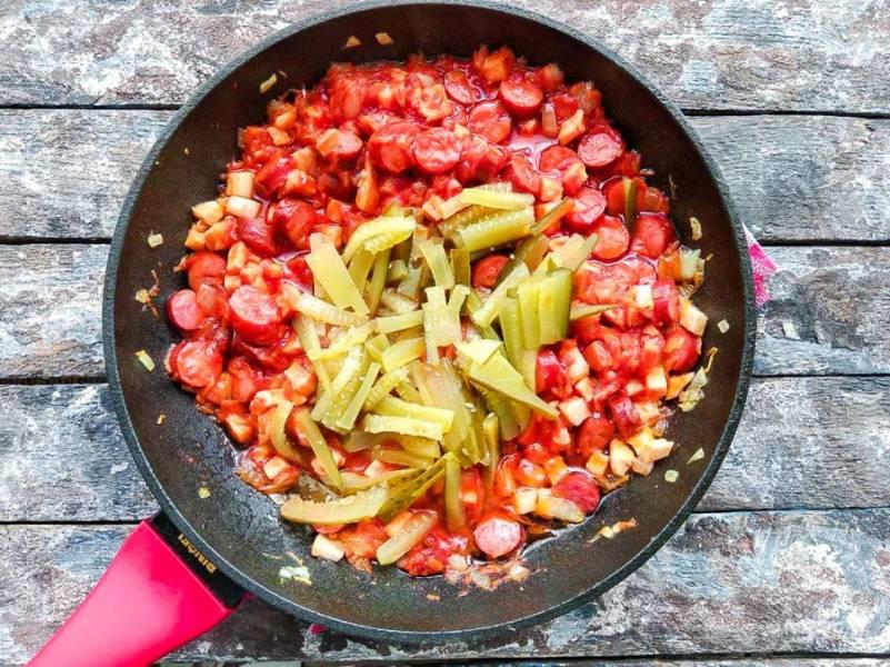Соленые огурцы нарежьте соломкой, добавьте к к остальным ингредиентам и тушите все 5-7 минут.