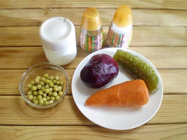 1. Приготовим продукты. Овощи отвариваем, остуживаем и очищаем.