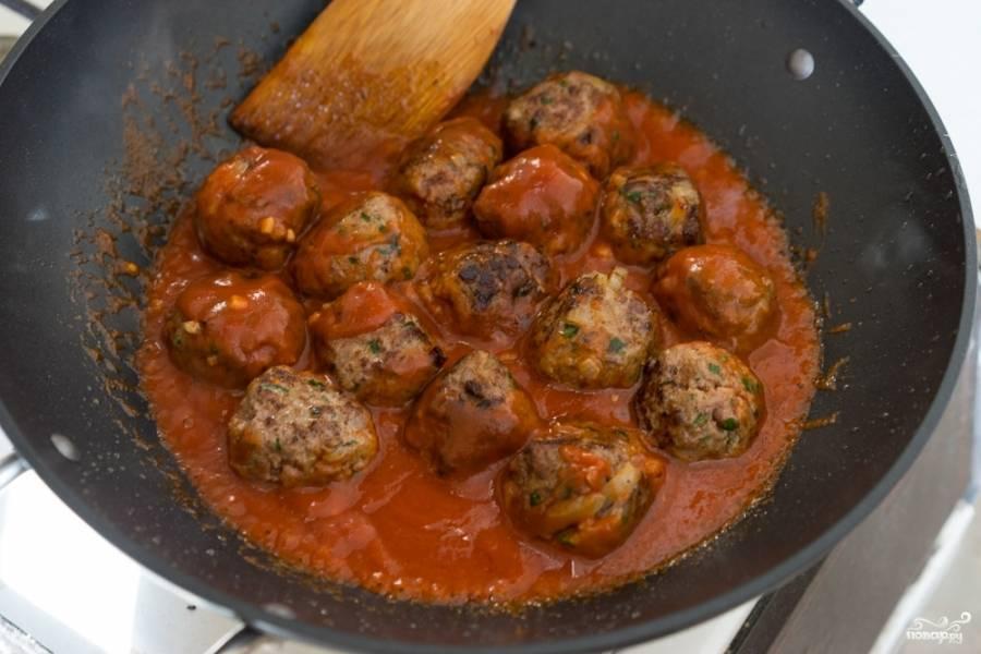 Готовые тефтели (которые вы можете запечь или просто поджарить) выложите в глубокую сковороду и залейте соусом. Прогрейте пару минут, этого будет достаточно.