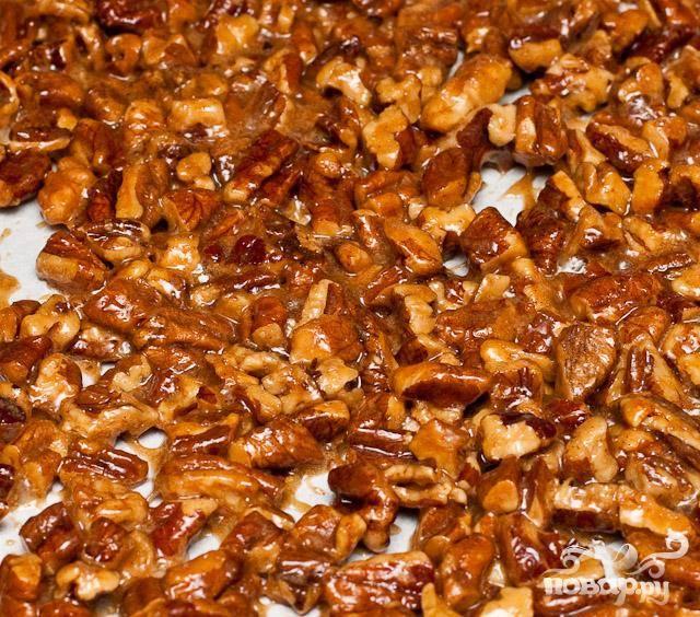 5. Вернуть противень обратно в духовку и запекать еще 3 минуты. Через 3 минуты снова перемешать орехи и поставить противень в духовку еще на 3 минуты. К этому времени пралине приобретет насыщенный золотисто-коричневый цвет и выраженный ореховый запах.