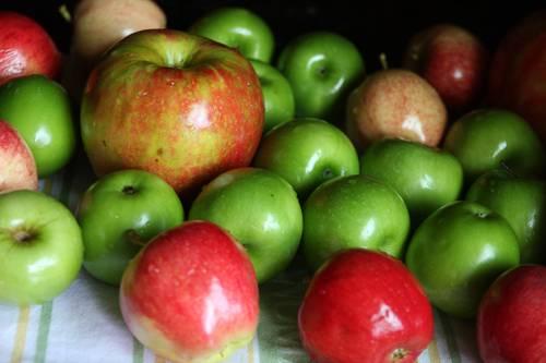1. Первым делом нужно выбрать хорошие, плотные яблоки. Вымыть их и как следует обсушить.