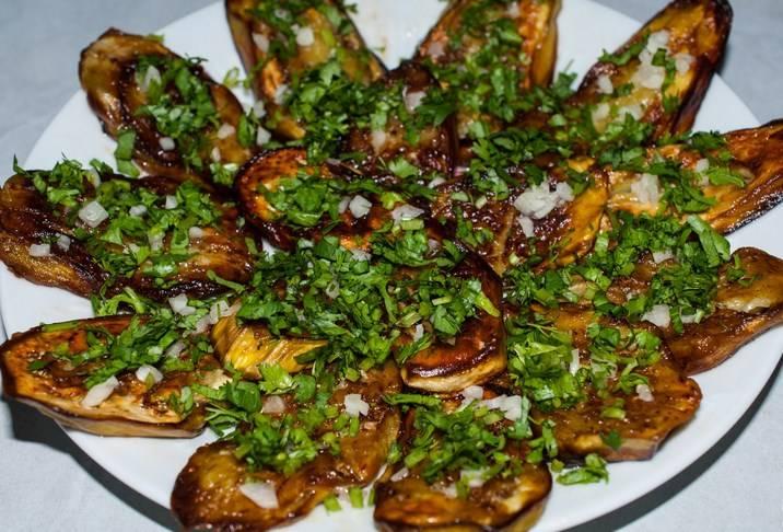 Посыпаем сначала чесноком, потом зеленью. Майонез можно подавать перед подачей.  Вот баклажаны жареные с кинзой и готовы. Приятного аппетита!