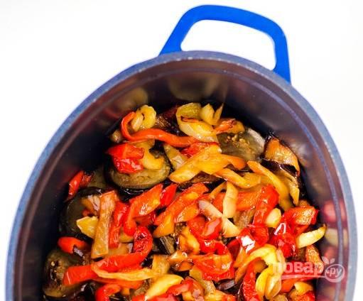 2. Режем овощи кусочками, обжарим на растительном масле сначала перец, лук и морковку, а также баклажаны (до румяности).