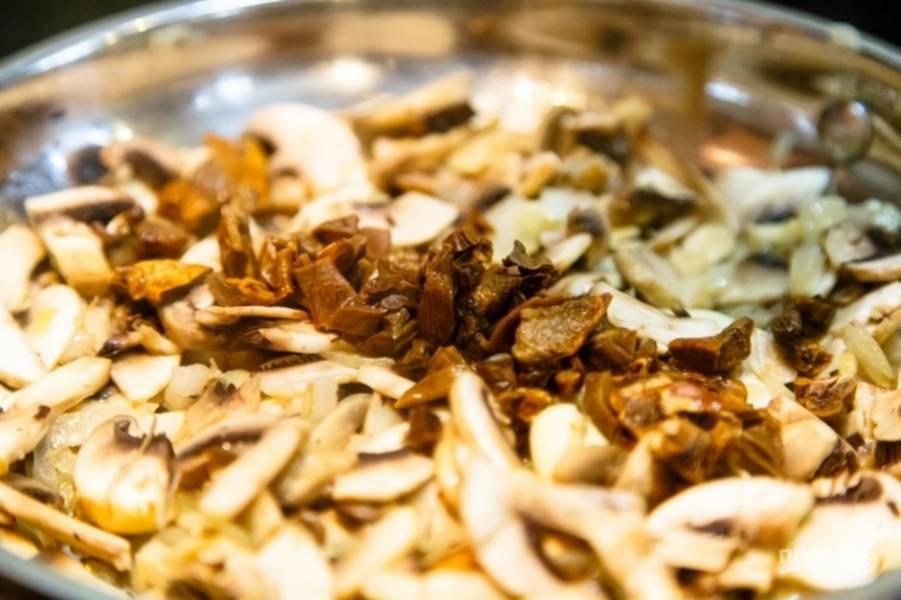 Потом мелко нашинкуйте белые грибы. Тоже добавьте их в сковороду.
