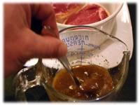 Приготовьте маринад из вина, уксуса, масла, толченого чеснока, горчицы, молотого перца.