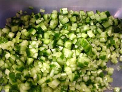 3. Огурцы тоже мелко режем. Если у вас старые овощи - срежьте кожуру, чтобы не горчила в готовом блюде.