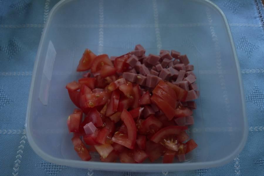 Добавляем измельченный помидор.