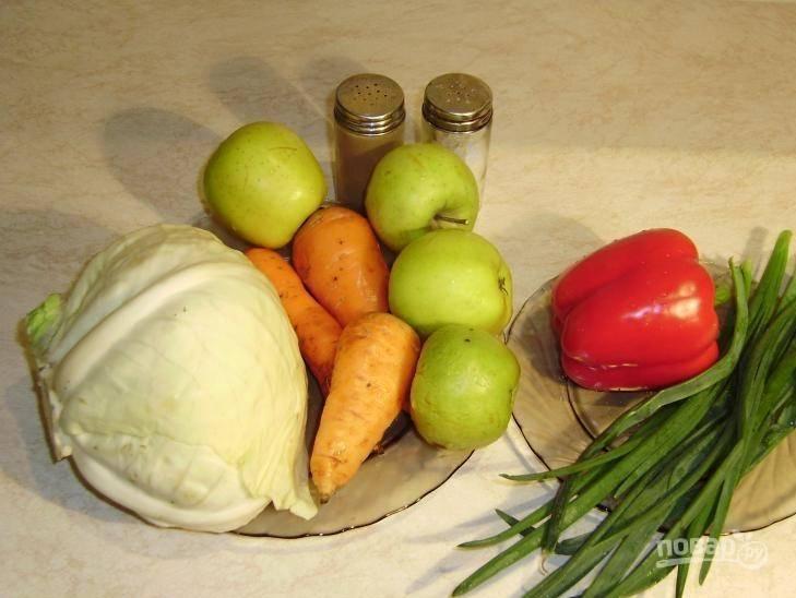 1. Витаминный салат – это не только полезный перекус, но и основным блюдом для тех, кто следит за фигурой или соблюдает пост. Сочетание представленных ингредиентов очень удачное, а яблоко привносит особую изюминку.