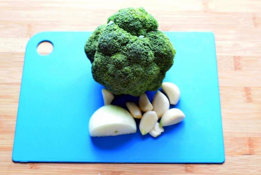 Овощи вымойте и нарежьте некрупно. Опустите в кастрюлю с полуготовым рисом и варите до мягкости брокколи и кабачка. Затем добавьте шпинат, дайте ему увять или оттаять, если он замороженный.