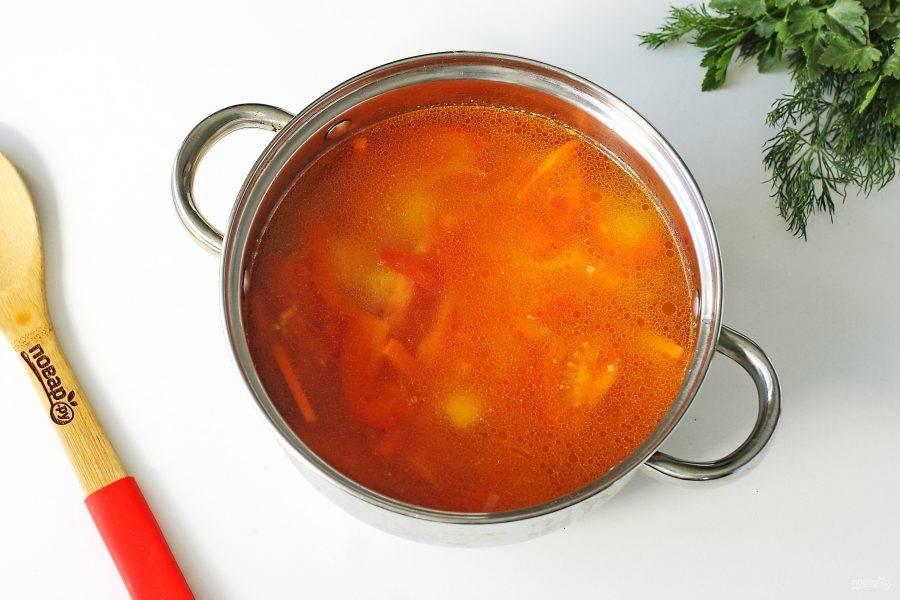 Налейте воду (количество воды зависит от желаемого количества бульона), добавьте по вкусу соль и доведите до кипения.