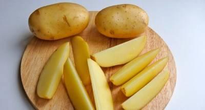 Картофель моем и нарезаем небольшими дольками.