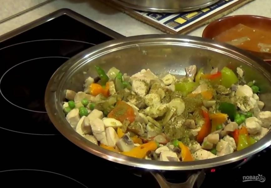 2. Посолите и поперчите. Добавьте зеленый горошек, нарезанный небольшими кусочками болгарский перец, нарезанный чеснок и специи по вкусу. Хорошо перемешайте.