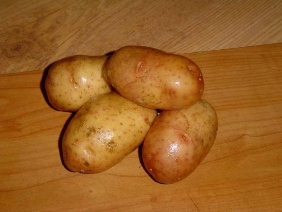 Картофель промойте и отварите в кожуре.