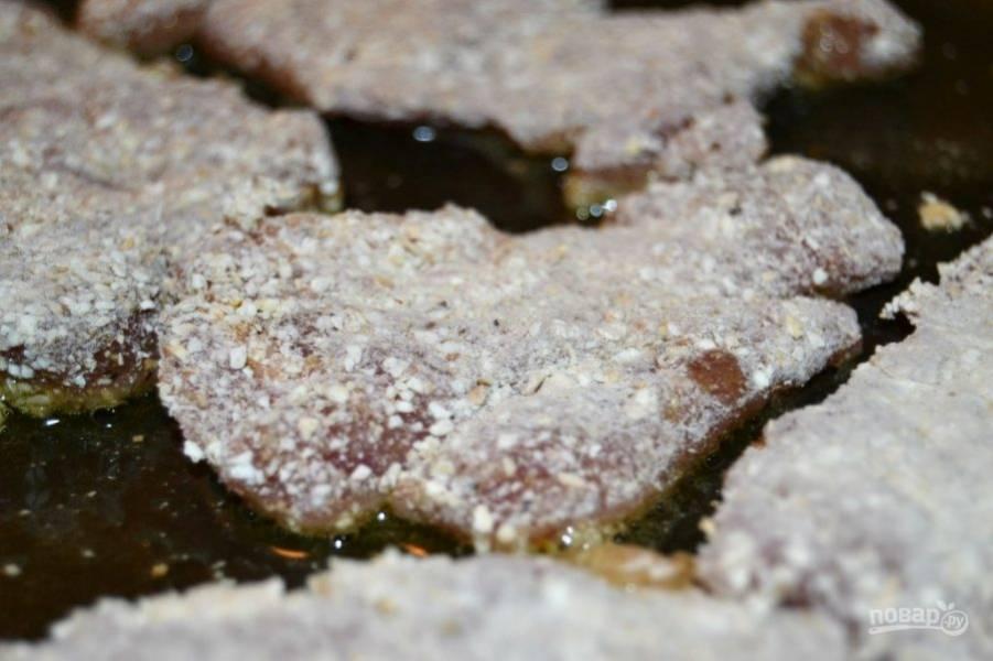 5.Разогрейте сковороду с оливковым маслом, выложите кусочки мяса в сковороду.