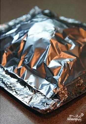Накрываем все это дело сверху фольгой, формируя конвертик. Выпекаем 15-20 минут при 190 градусах. Перед подачей сбрызнуть лимонным соком.
