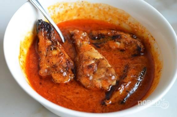 А пока займитесь соусом. Растопите масло с измельчённым чесноком. Затем добавьте к нему острый соус, соль, сахар, чили и луковый порошок. Искупайте в соусе куриные крылья.