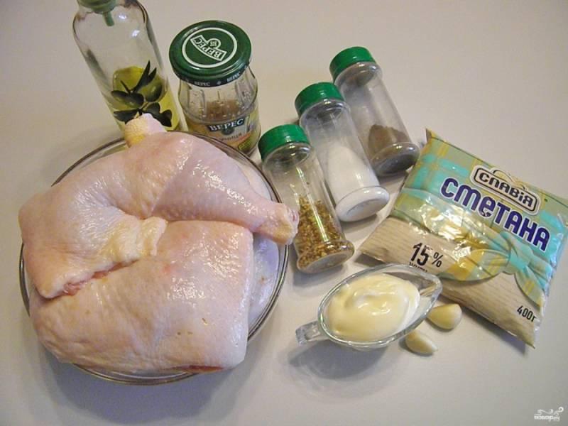 Приготовьте продукты согласно списку. Окорочка тщательно вымойте, удалите у них лишний жир, остатки грубой кожи на суставах и перья.