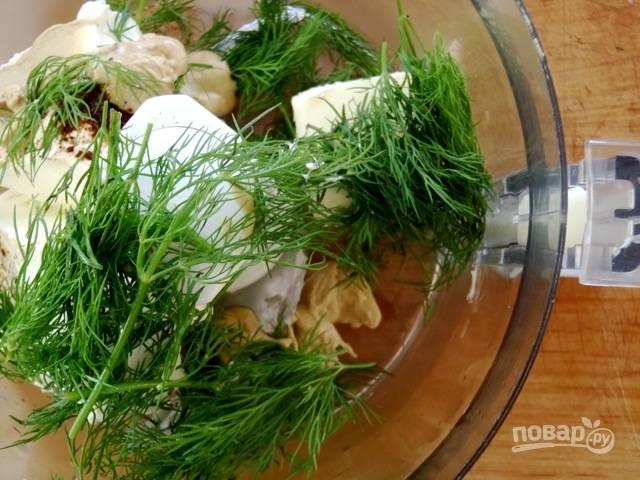 3. Для приготовления пасты соедините в чаше блендера крем-сыр, масло, горчицу, сок лимона, соль, перец и зелень. Взбейте до однородности.