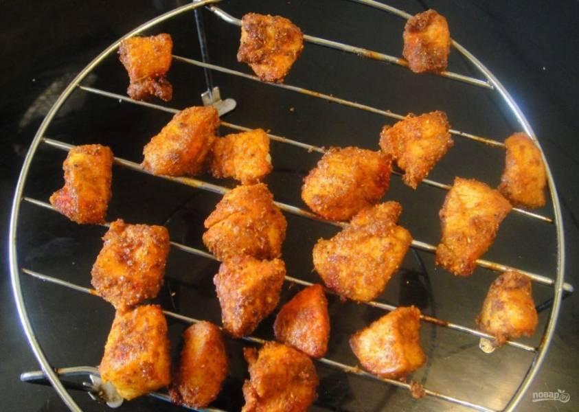 4. Готовьте шашлыки в духовке при температуре 180 градусов в течение 10-15 минут. Приятного аппетита!