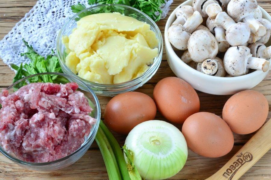 Подготовьте все необходимые ингредиенты. Первым делом очистите картофель, порежьте на небольшие куски и поставьте вариться в чуть подсоленной воде. Также сразу отварите 3 яйца вкрутую.