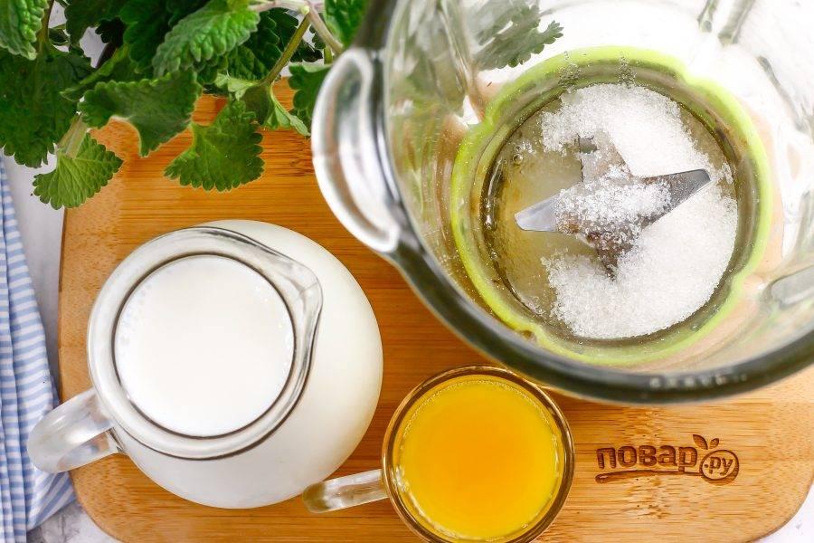 Влейте в чашу блендера яичный белок и всыпьте сахарный песок. Если вы против добавления белка, то замените его сливочным мороженным или льдом — для получения пышной пены.