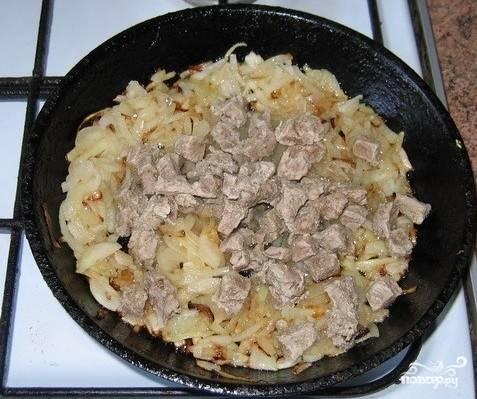 Бульон процедить, мясо вынуть и обжарить с луком на сковороде.