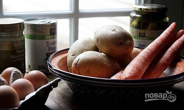 1.Вымойте картофель и морковь, затем поместите овощи в кастрюлю и залейте водой, после закипания варите до готовности (20-30 минут). В отдельной кастрюле отварите яйца. Остудите все подготовленные ингредиенты.