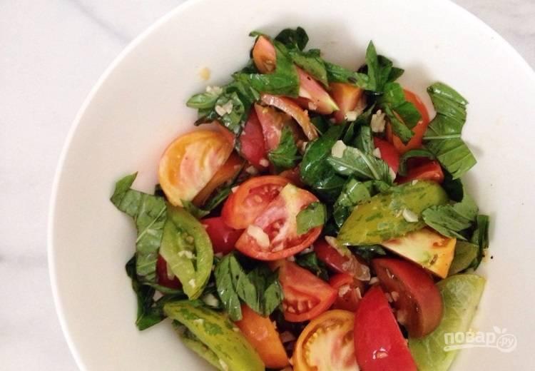 3.Залейте горячим маслом овощи в миске, перемешайте. Подавайте блюдо сразу или отправьте в холодильник, чтобы салатик был холодным.