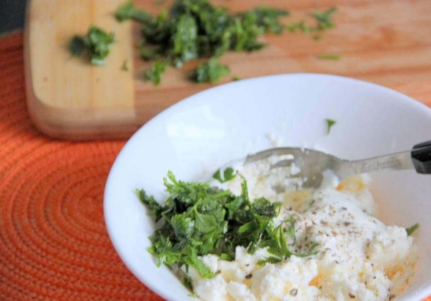 Для приготовления соуса хорошо смешайте творог, сметану, измельченный чеснок и зелень, посолите.