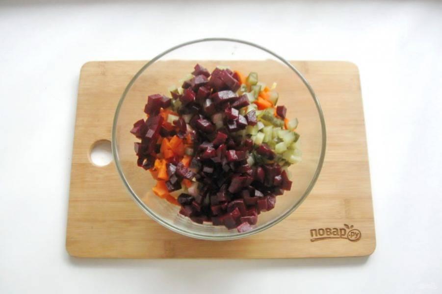 Свеклу отварите до мягкости, охладите, нарежьте как и все овощи. Добавьте в салат.