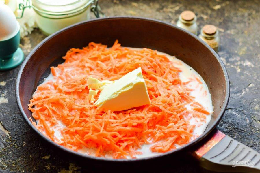 Добавьте к моркови молоко и сливочное масло.