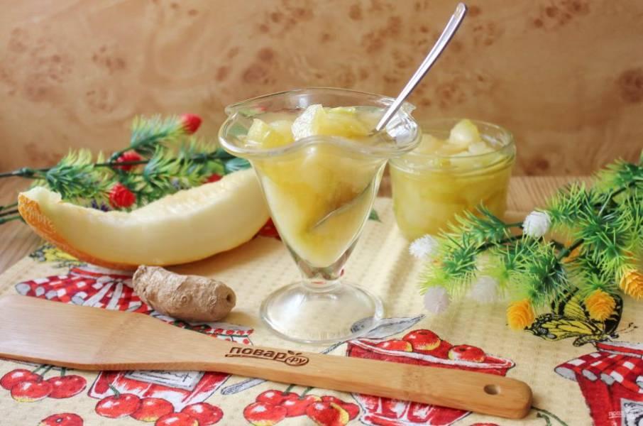 Варенье из дыни с имбирем готово. Горячее варенье разложите в стерилизованные баночки и храните в прохладном месте.