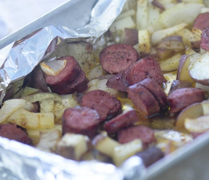 Запекать достаточно минут 25. Проверяйте готовность зубочисткой. Не забудьте добавить специй.  Готовую жареную картошку с охотничьими колбасками можно подать с мелко порубленным зеленым луком. Приятного аппетита!