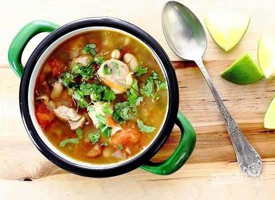 Измельчаем зелень кинзы и добавляем в тарелки с супом. А еще к супу подаем лайм, его соком можно слегка закислить суп.