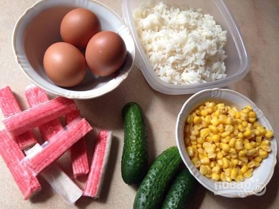Подготовим все составляющие салата. Отварим рис в подсоленной воде и остудим. Я использую пропаренный рис и отвариваю его в большом количестве воды, затем откидываю на дуршлаг. Параллельно отварим и остудим яйца.