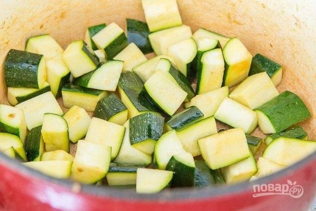 4. Потом уберите перец, а добавьте немного масла. Теперь обжарьте 5 минут цуккини, предварительно порезав его.