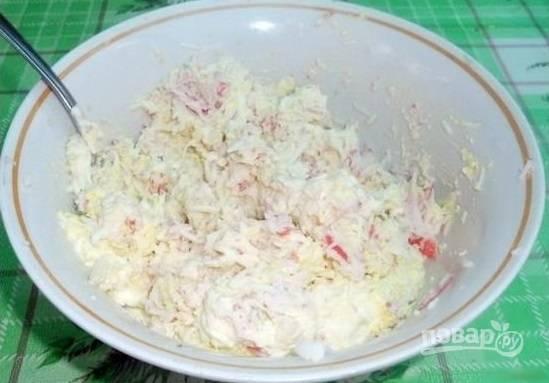 3.Натрите сыр на терке, добавьте яйца, крабовые палочки, 1-2 столовые ложки майонеза, перемешайте.