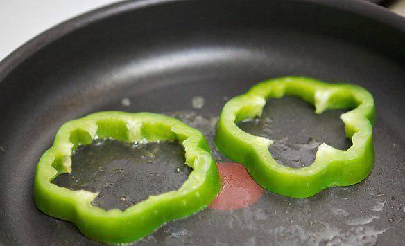 4. Обжариваем перец также на растительном масле. Выкладываем на блюдо, поверх баклажанов.