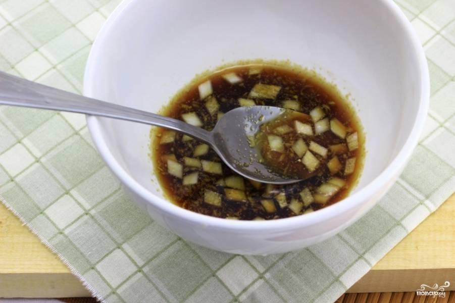 В отдельной чашке смешайте коньяк, молотый имбирь, соевый соус, коричневый сахар, чесночный порошок и мелко рубленный лук.