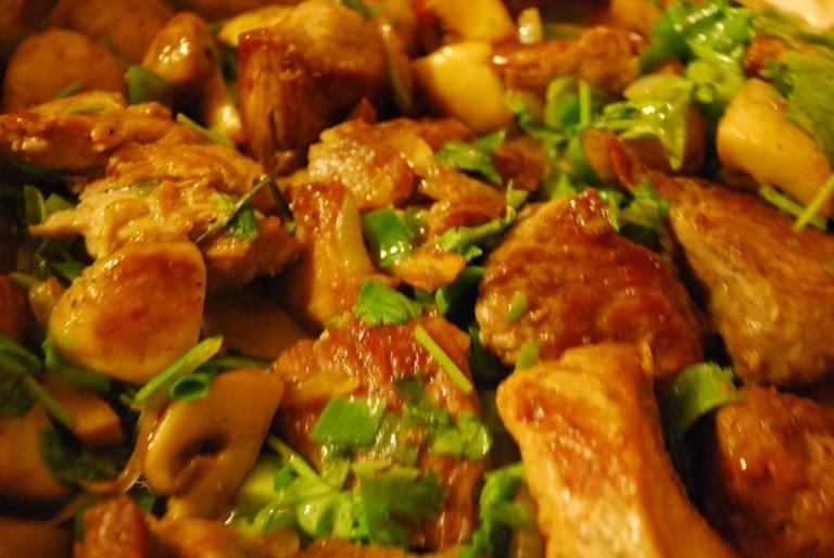 Добавляем в сковородку кинзу и нарезанный зеленый лук, накрываем крышкой и томим около 20 минут на очень медленном огне. Если будет необходимость, можно добавить немного воды. Затем снимаем с огня, даем остыть пару минут и можно подавать блюдо к столу.