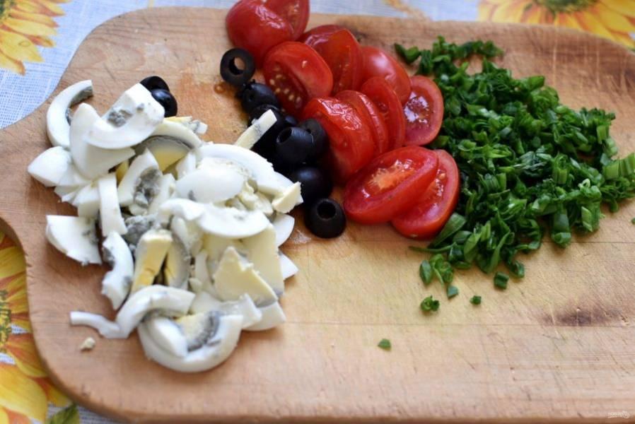 Для начинки нарежьте яйца и помидоры ломтиками, маслины разрежьте пополам, лук измельчите. Слейте заливку с тунца, поломайте рыбу крупными кусочками.
